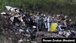 مأموران امنیتی اسرائیل در حال وارسی بازماندههای جنگنده سرنگون شده در نزدیکی هردوف