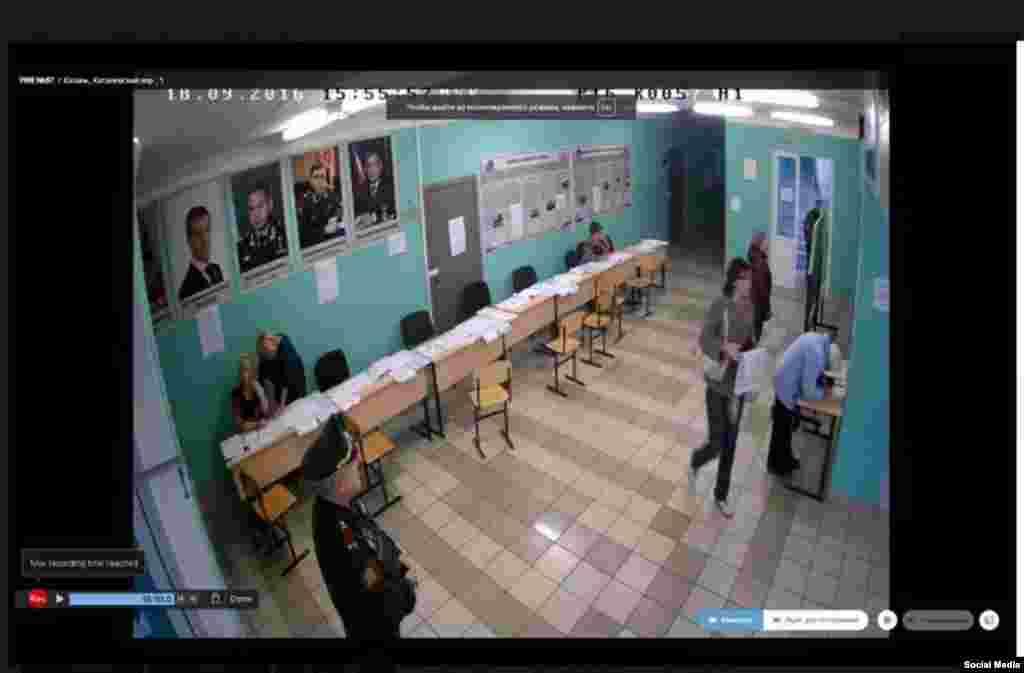 """Веб-наблюдатель сообщает, что на избирательном участке в Казани в помещении для голосования висят большие портреты кандидатов от """"Единой России"""" - Дмитрия Медведева и Рустама Минниханова."""
