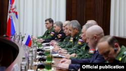Yevgeny Prigozhin (sağdan ikinci) Shoigu və Haftar arasında keçirilən rəsmi danışıqda