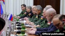Prigozhin Haftarla Moskva görüşündə (sağdan ikinci)