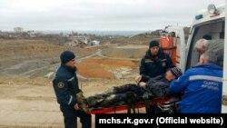 Рятувальники переносять потерпілого у Феодосії