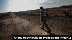 Працівник СЦКК на лінії розмежування та розводу військ між селищами Золоте-4 та Катеринівка, 2 листопада 2019 року