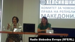 Директорката на Хелсиншкиот комитет на Македонија Уранија Пировска и членот на комитетот Воислав Стојановски на прес-конференција во Скопје.