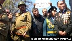 Участники «Народно-Освободительного Движения» протыкают штыком винтовки журнал «Аныз адам» с публикациями о Гитлере. Алматы, 21 апреля 2014 года.