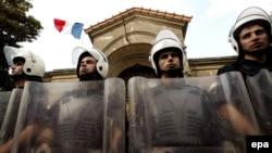 Polis Fransanın İstanbuldakı Konsulluğunu nümayişçilərdən mühafizə edir, 08 oktyabr 2006