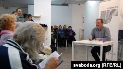 Лекцыя Сяргея Дубаўца «Жыцьцё ў спыненым часе». Фота Юр'я Бондарава