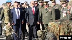 Министр обороны Армении Сейран Оганян принимает участие в мероприятии по случаю Дня разведчика, аэродром Арзни, 5 ноября 2013 г.