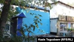 Тергеу абақтысының негізгі қақпасын көліктен қорғау үшін қойылған темір. Алматы, 4 қазан 2016 жыл.