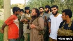 """عناصر من """"داعش"""" يعاقبون شاباً في دير الزور بسوريا"""