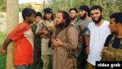 """صورة من فيديو يظهر مسلحي """"داعش"""" وهم يعاقبون مدنياً في الرقة السورية"""