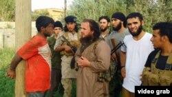 Iz video snimka IDIL-a objavljenog u maju 2015: Ljavdrim Muhadžeri u sredini