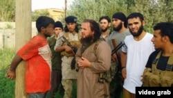 Pripadnik IDIL -a, Lavdrim Muhaxheri (u braon bluzi), poreklom Albanac iz Kačanika, sa Kosova