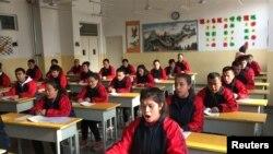 Клас в един от центровете за професионално обучение в Синцзян, Китай