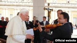 Золтан Маґа на аудієнції Папи Римського зіграв на скрипці мелодію угорської народної пісні «Як ішов я з милого краю»