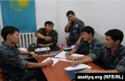 ҚР ІІБ департаментінің қызметкерлерімен ҚазҰУ студенттерінің жасақтарымен кездесуде. Алматы, 20 маусым 2012 жыл.