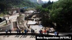Тбилиси 15 июня 2015 года, волонтеры расчищают последствия наводнения
