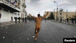 Один из молодых участников демонстрации против мер бюджетной экономии в Афинах