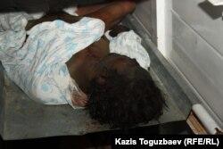 Обгоревший труп обнаруженный после беспорядков в однои из магазинов города Жанаозен. Морг города Жанаозена Мангыстауской области, 18 декабря 2011 года.