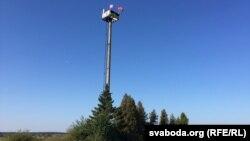 Вежа з «бандэраўскім» сьцягам каля ўкраінскага мястэчка Ратна. Побач з чорна-чырвоным сьцягам — сьцяг Валынскай вобласьці