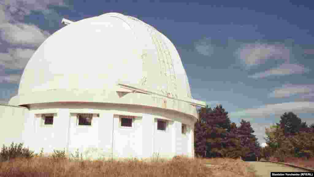 Qırım astrofizika observatoriyasında Küneşni örgenmek içün Koronograf KG-2 teleskopı da bar