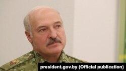 Аляксандар Лукашэнка ў вайсковай форме, архіўнае фота.