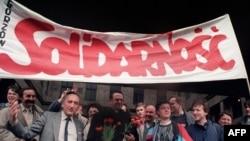 """Сторонники польской оппозиции празднуют легализацию """"Солидарности"""", 1989 год"""