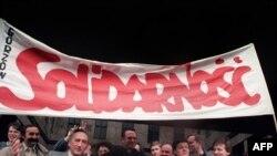 """Тадеуш Мазовецкий со сторонниками """"Солидарности"""" 17 апреля 1989 г., в день, когда профсоюз был признан легитимным"""