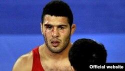 ابروی رضا یزدانی در طول مسابقه با حریف قزاق و در اثر ضربههای وی شکافته شد