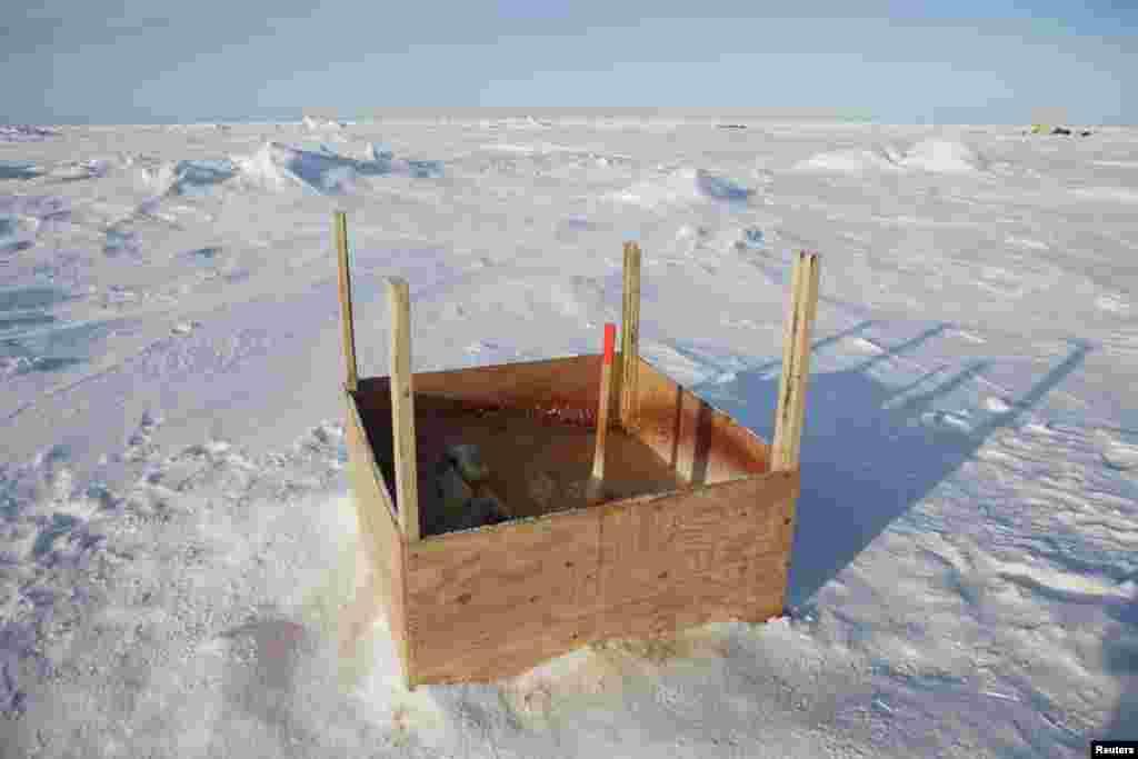 Прыбіральня ў сьнягах Аляскі блізу лябараторыі прыкладной фізыкі Ice Station.