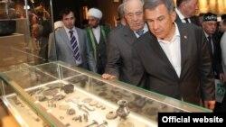 Президент Татарстана Рустам Минниханов (справа) и экс-президент Татарстана Минтимер Шаймиев в Музее булгарской цивилизации.