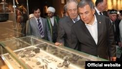 Рөстәм Миңнеханов (алда), Миңтимер Шәймиев, Раеф хәзрәт, Айрат Ситдиков Болгар цивилизациясе музеенда