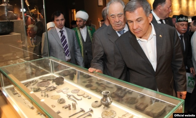 Tatar President Rustam Minnikhanov (center right) and former President Mintimer Shaimiyev tour the museum of Bolgar civilization in Bolgar.