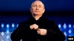 Сочи олимпиадасының ашылу салтанатында тұрған Ресей президенті Владимир Путин. Сочи, 7 наурыз 2014 жыл.