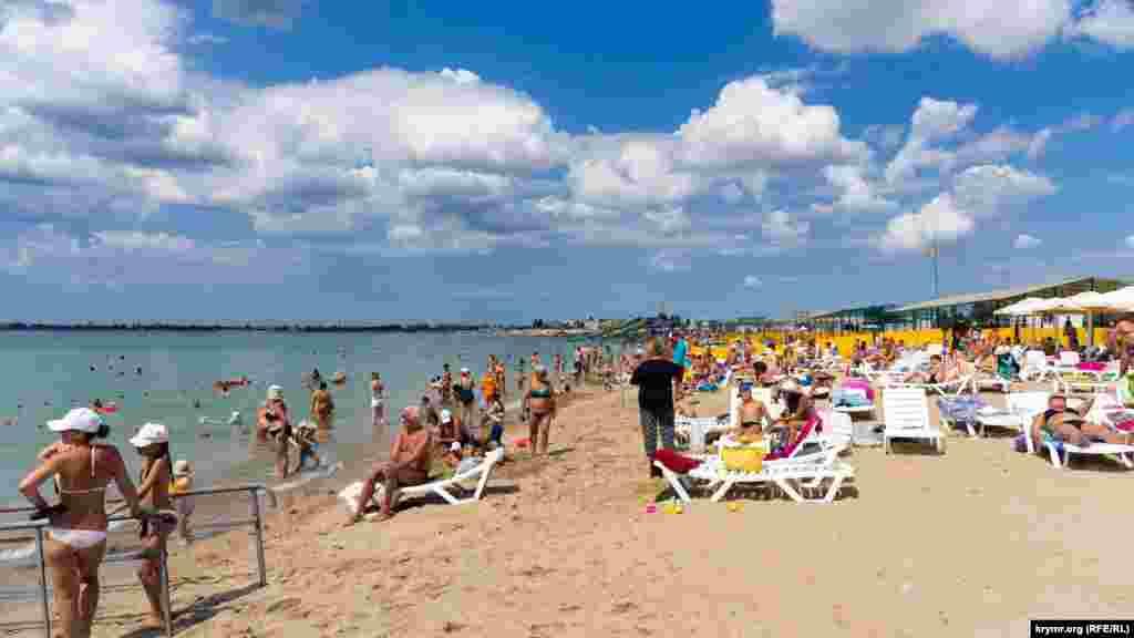 Майже всі пляжі в цій частині Євпаторії заповнені. За словами деяких відпочивальників, євпаторійські пляжі нині – дуже популярні на тлі забрудненого моря зливовими стоками на Південному узбережжі