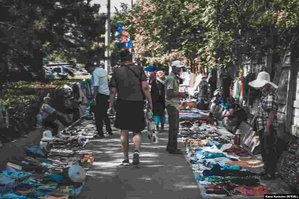 Бишкектеги 7-кичирайонундагы жайма базар. Бул базар ишемби жана жекшемби күндөрү таң аткандан күн батканга чейин иштейт.