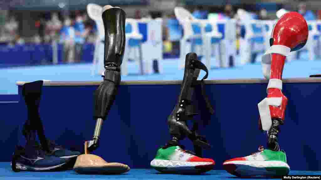 Lábprotézisek a medence szélén verseny közben