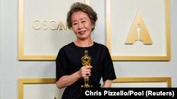 Cson Dzsihjon, a legjobb mellékszereplő színésznő kategória nyertese a 93. Oscar-gálán, 2021. április 25-én, a kaliforniai Los Angelesben. A színésznő a Minari című filmben nyújtott alakításáért kapta a rangos díjat.
