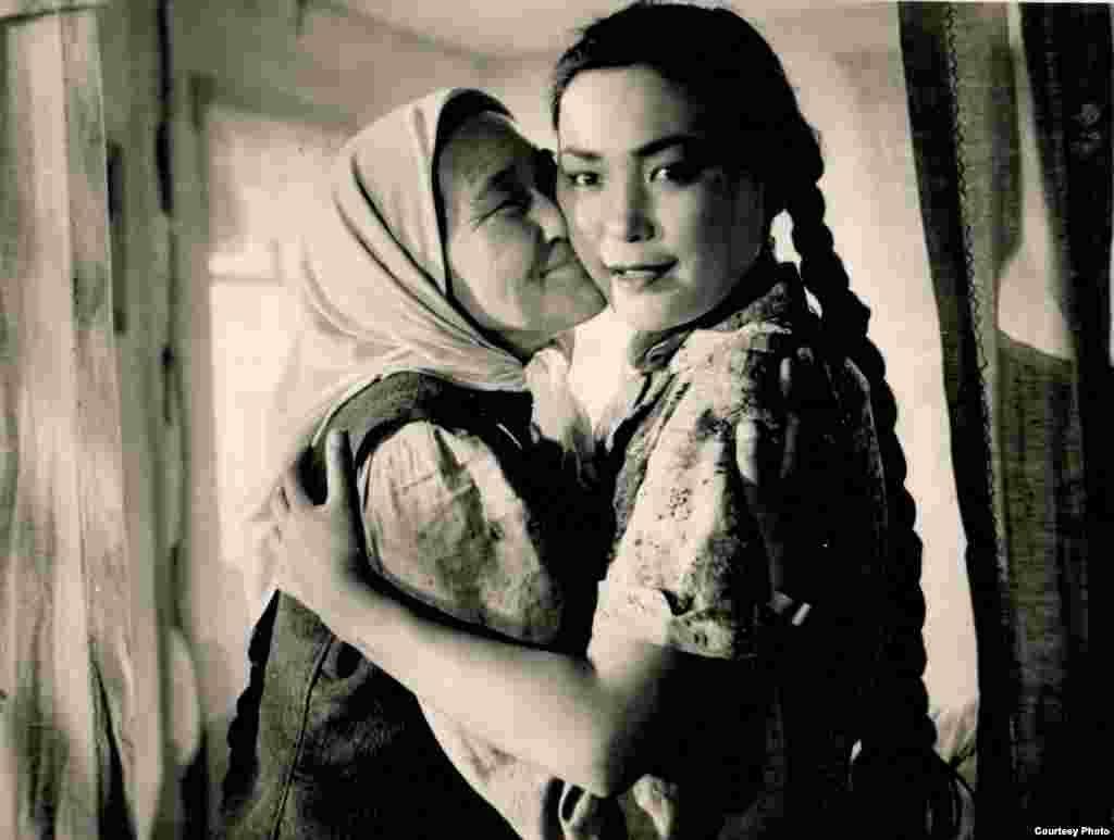 1970-жылы ага Кыргыз ССРинин эмгек сиңирген артисткасы, 1976-жылы Кыргыз ССРинин эл артисти наамы берилген.