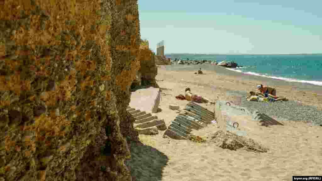 Море заносит пескомрухнувшие пролеты старой лестницы