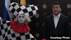 Шоумен Турсынбек Кабатов на театральном фестивале «Самгау», 2019 год. Фото с сайта ГККП «Nomad City Hall»