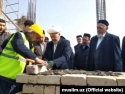 Председатель Духовного управления мусульман, муфтий Узбекистана Усманхан Алимов благословил строительство мечети «Исламабад» и заложил первый кирпич в основание здания.