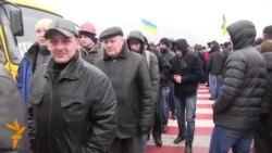 Minatorët në Ukrainë bllokojnë rrugën dhe kërkojnë rroga