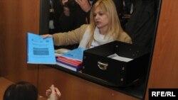 """Predstavnici organizacije """"Green Home"""" predaju peticiju Ministarstvu za zaštitu životne sredine, 13Apr2010, fotografije: Savo Prelević"""