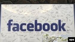 Подписи первых 200 работников Facebook на постере славы в лобби офиса Facebook Corporate, Калифорния, 4 января 2011