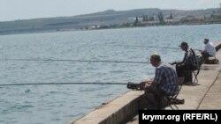Рыбаки на керченской набережной