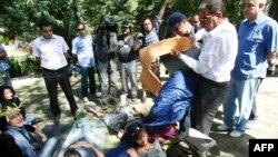Манифестанты в Анкаре поддерживают акции протеста жителей Стамбула. Анкара, 13 июня 2013 г.