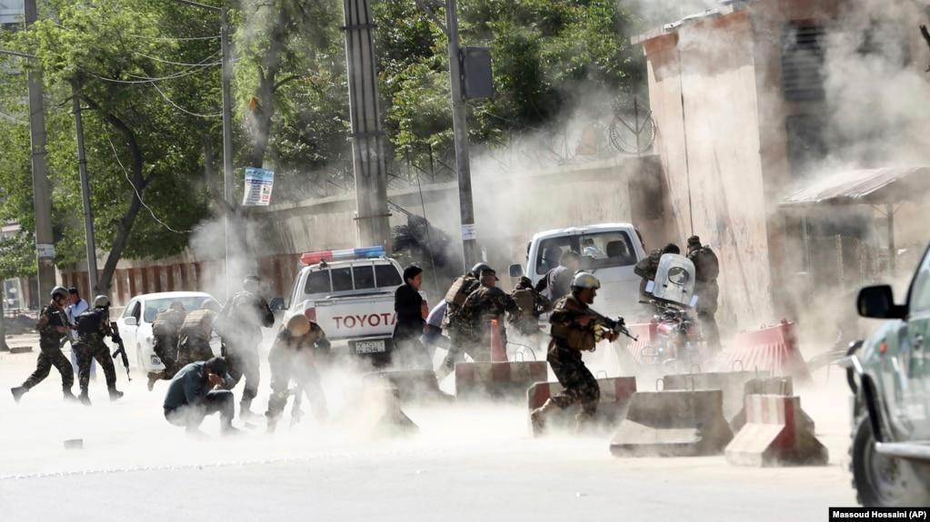 مأموران امنیتی افغانستان در صحنه انفجار انتحاری روز دوشنبه