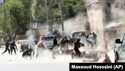 Сили безпеки біжать до місця нападу після другого вибуху в Кабулі, 30 квітня 2018 року