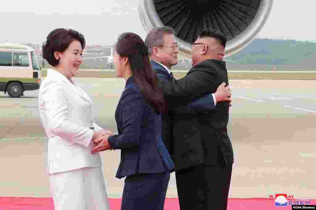 Мун Чжэ Ин мен Ким Чен Ын және олардың әйелдері Пхеньян әуежайында кездескен сәт. 18 қыркүйек 2018 жыл.