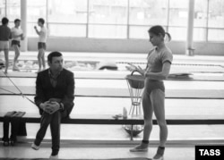 Olga Korbut and her coach Renald Knysh during a workout at the Dynamo sports complex in Moscow on April 15, 1975.